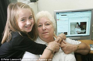 eBay'da Büyükannesini satan Zoe Pemberton ve büyükannesi